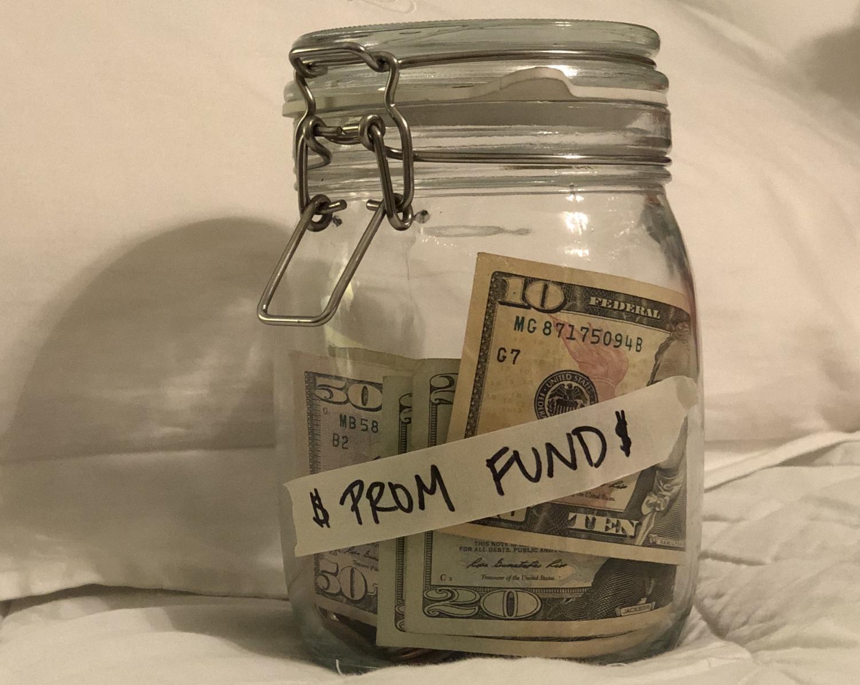 Ahorrar para prom puede ser un gasto personal o familiar- aun así, los billetes se amontonan.